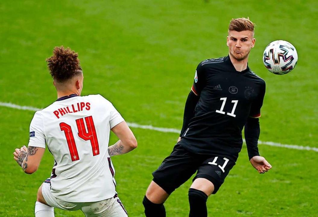 Deutschlands Timo Werner (r) und Englands Kalvin Phillips kämpfen um denBall.    Foto: John Sibley (dpa)