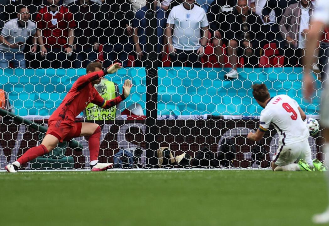 Englands Harry Kane (r) erzielt das 2:0.    Foto: Christian Charisius (dpa)