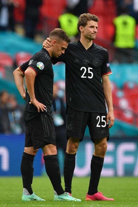 Joshua Kimmich und Thomas Müller nach der Niederlage    Foto: JUSTIN TALLIS (AFP)