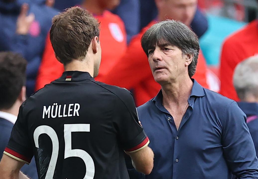 Bundestrainer Joachim Löw und Thomas Müller  nach der Niederlage    Foto: Christian Charisius (dpa)