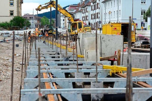In der Waldkircher Straße in Freiburg werden jetzt die Schienen verlegt