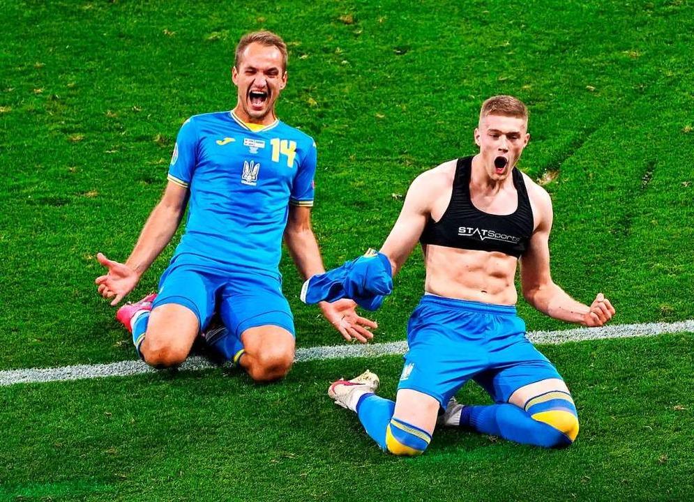 Ukraines Artem Dowbyk (r) bejubelt sein Tor zum 1:2.    Foto: Andrew Milligan (dpa)