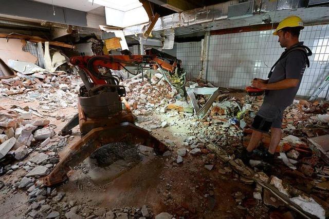 Ein Indoor-Abrissbagger schafft Platz für den neuen Freiburger Netto-Markt