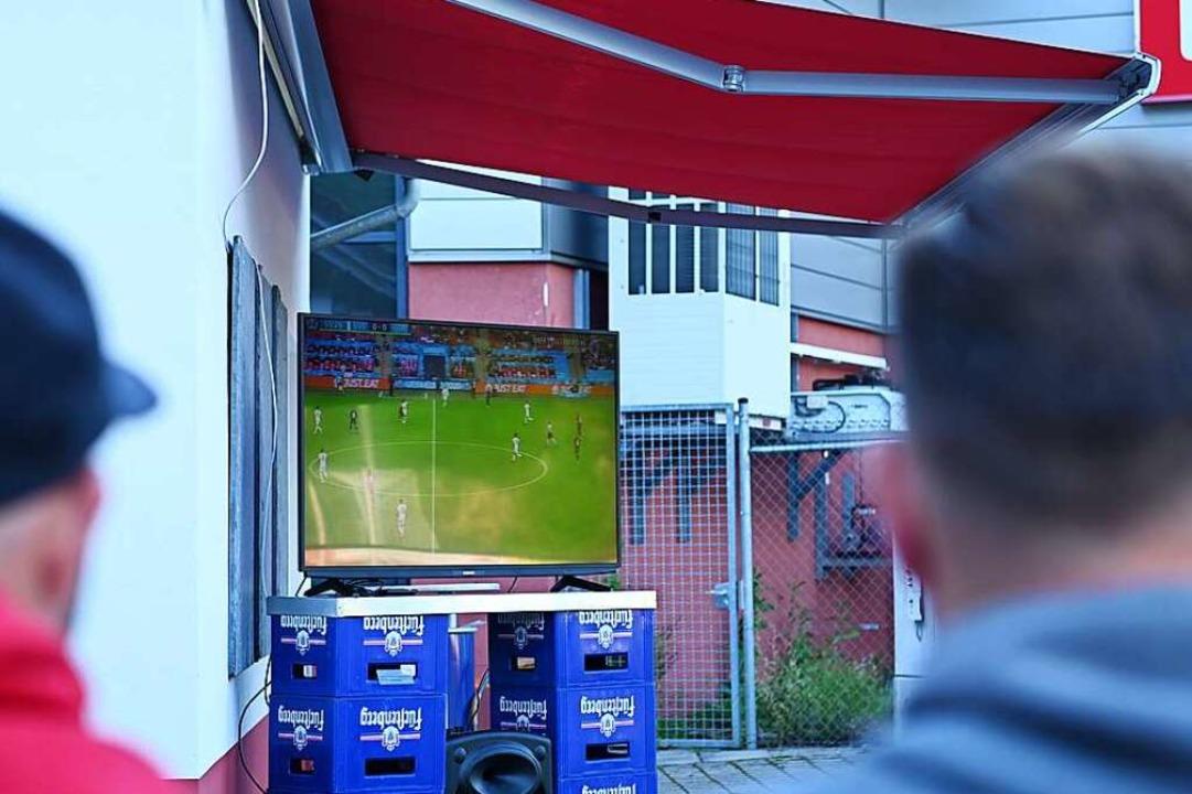 Auch vor dem Vereinsheim steht ein Fernseher.    Foto: Jonas Hirt