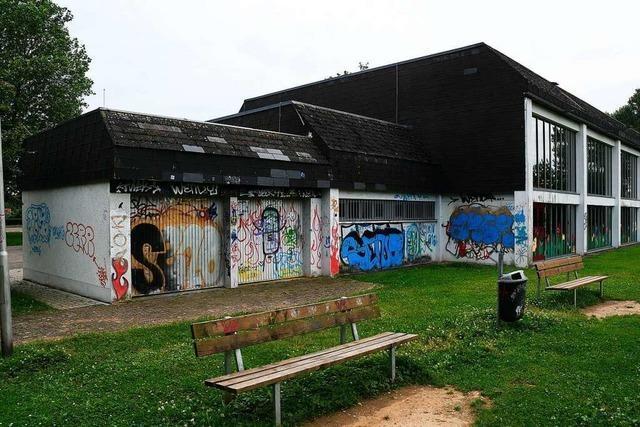 Wieder Schmierereien und Zerstörung an der Halle in Hugsweier