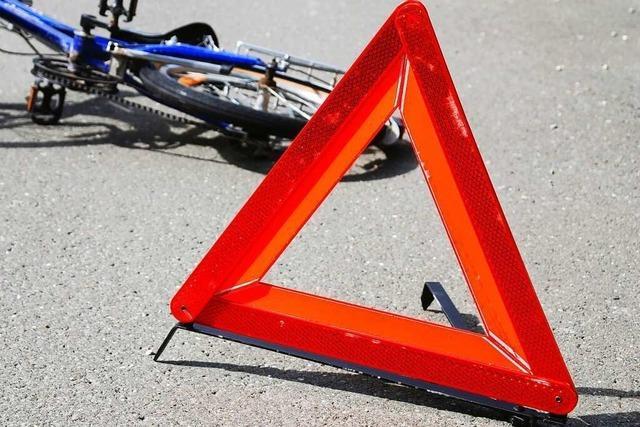 Auto kollidiert mit Radler beim Linksabbiegen