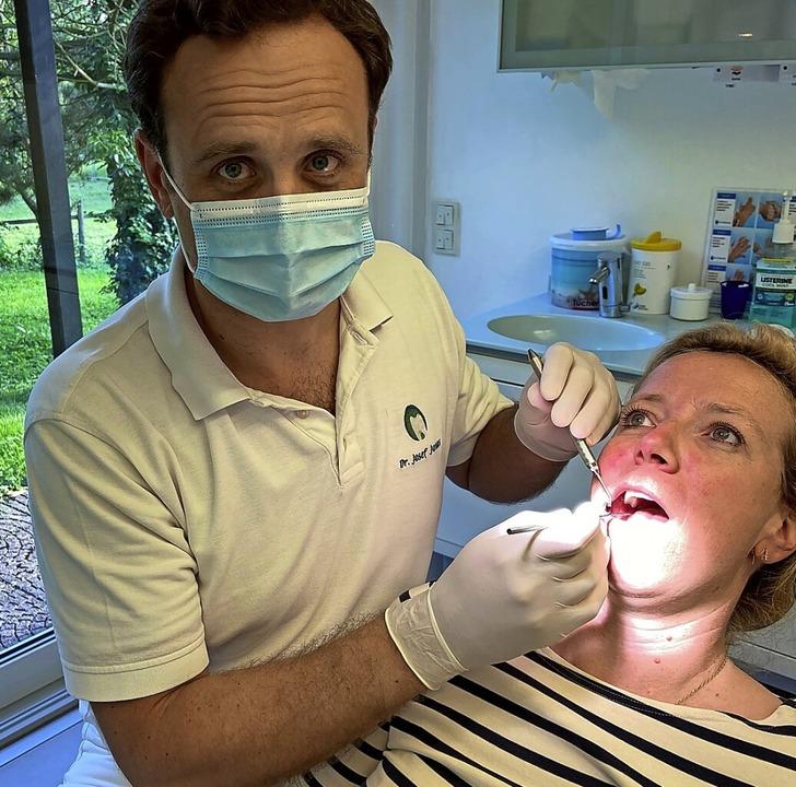 "Zahnarzt Josef Jonas ""behandelt"" fürs Foto seine Frau Annika Jonas.    Foto: Jessica Riether"