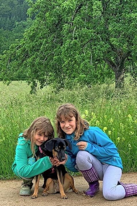 Emily Schlageter (r.) und ihre Schwester Sophie freuen sich über Skarlett.  | Foto: Privat