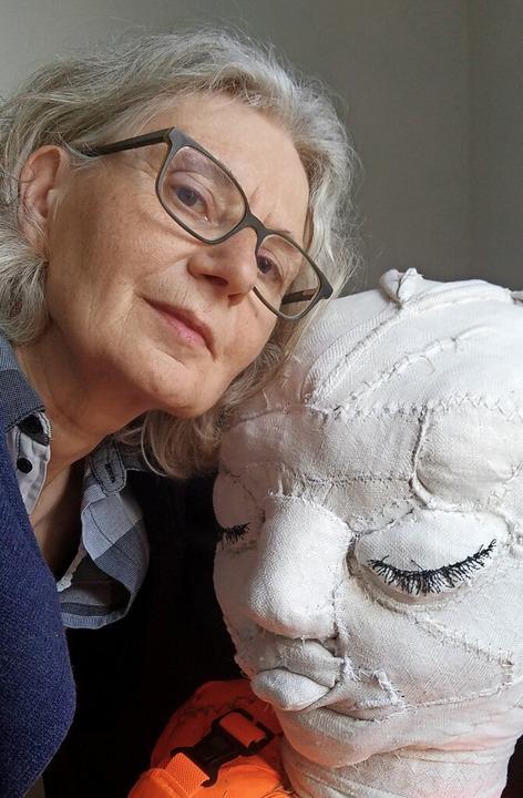Künstlerin Ruth Loibl und eines Ihrer Werke     Foto: privat