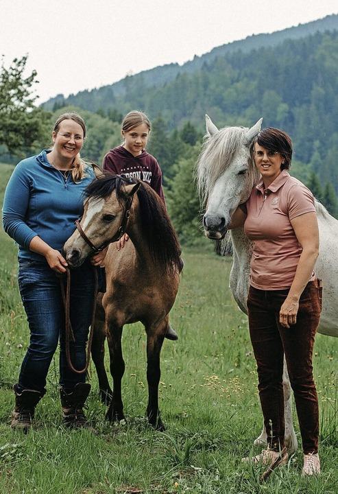 Die Reitlehrerinnen Fabienne Sala (lin...n Leana Theiler und zwei ihrer Pferde     Foto: Picasa