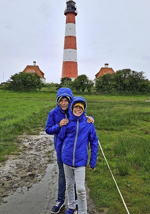 Benjamin und sein Bruder Fabian haben ... einen Seestern, den er gefunden hat.   | Foto: Privat