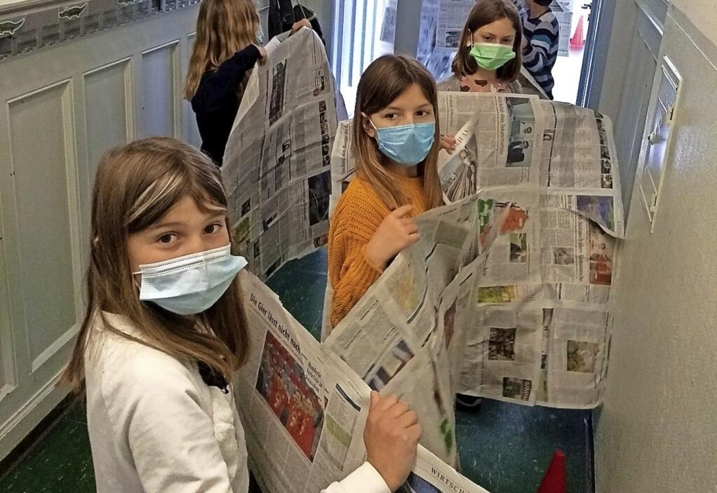 Mit den Zeitungs-Quadratmetern vermaßen die Kindern einen Schulflur.    Foto: privat