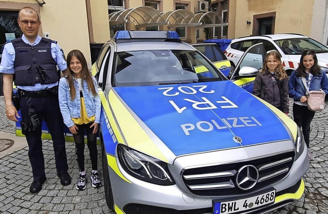 Gruppenbild mit Polizeiauto: Uwe Kunz ...r und ganz rechts außen Hannah Stoffel    Foto: Sandra Kunz
