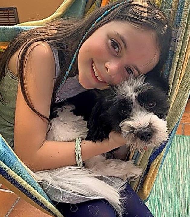 Jolie ist glücklich mit ihrem Hund.    Foto: Privat