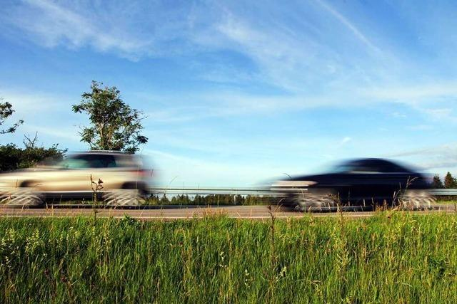 Schwarzer Lamborghini und weißer Daimler-Benz fallen auf der A 5 auf