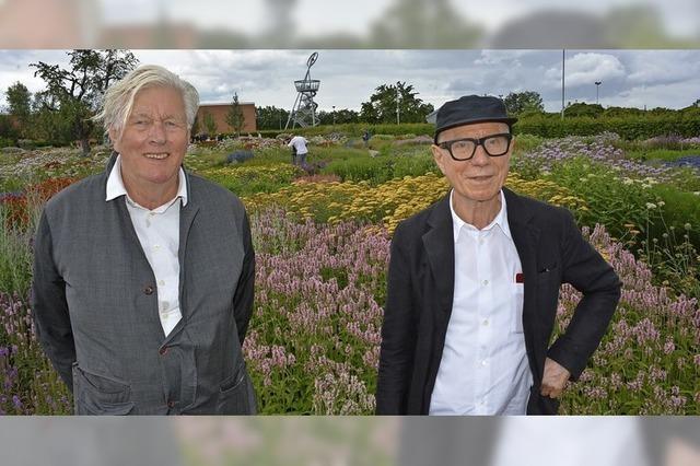 Zwei Männer und ein Blumenmeer