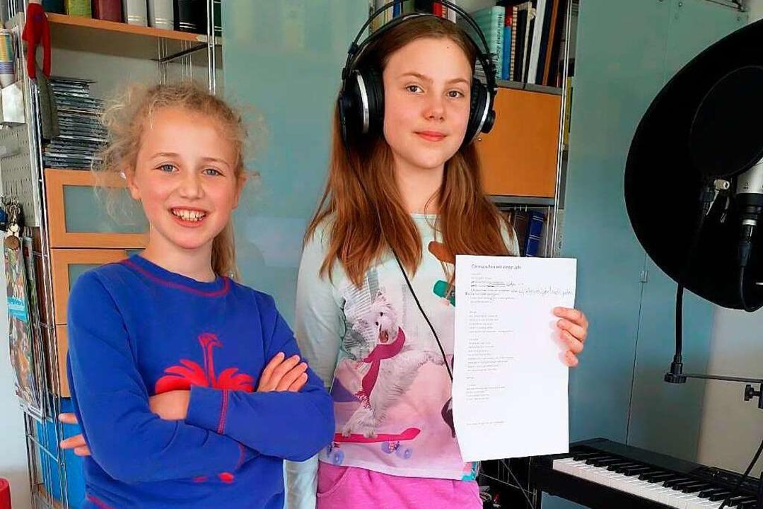 Carla Strittmatter (links) und Fiona T...er   Aufnahme ihres Corona-Raps Privat  | Foto: Privat