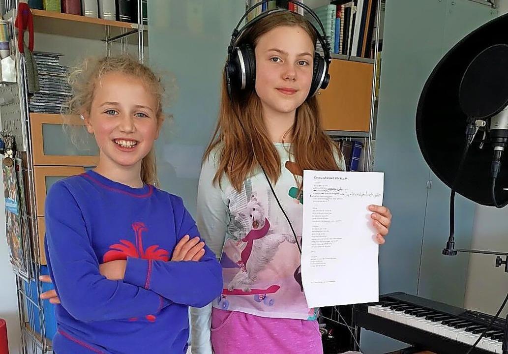 Carla Strittmatter (links) und Fiona T...r bei der  Aufnahme ihres Corona-Raps   | Foto: Privat