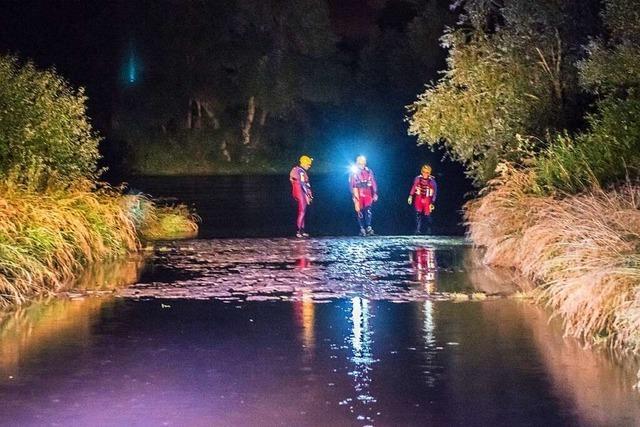 Einsatzkräfte suchen Rhein nach Schlauchboot mit zwei Personen ab