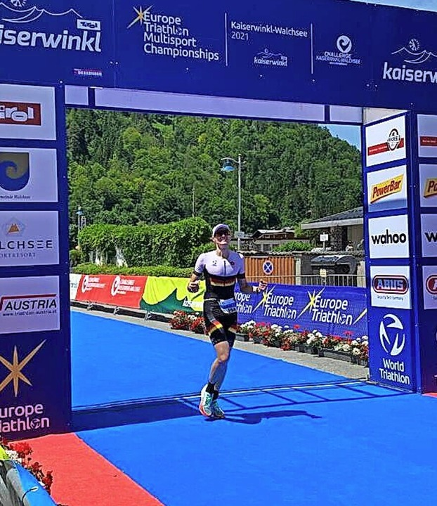 Nach 4:14,22 Stunden im Ziel bei seiner ersten Mitteldistanz: Laurin Wehrle  | Foto: privat