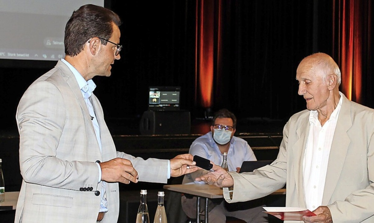 Oberbürgermeister Marco Steffens ehrt ...nd Bruno Erhard vom TV Zell-Weierbach.    Foto: Wolfgang Achnitz