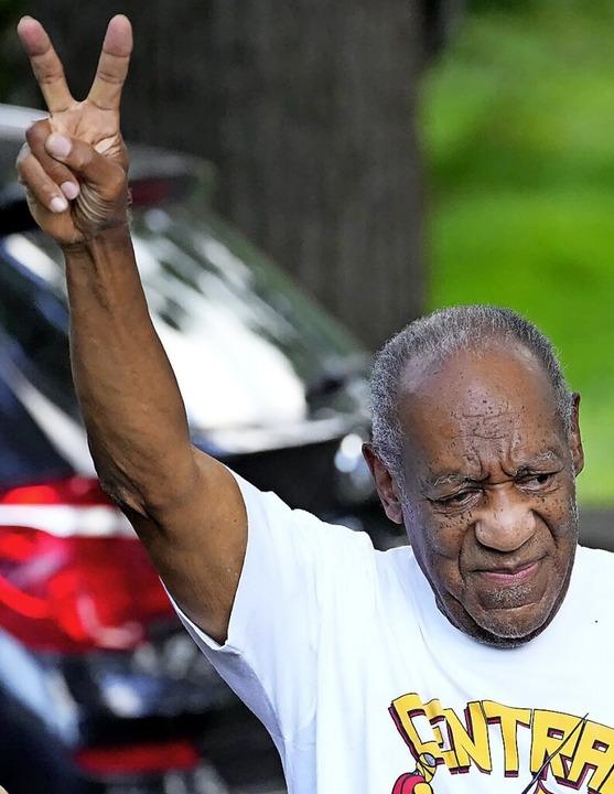 Bill Cosby zeigt nach seiner Entlassung aus der Haft das Victory-Zeichen.    Foto: Matt Slocum (dpa)