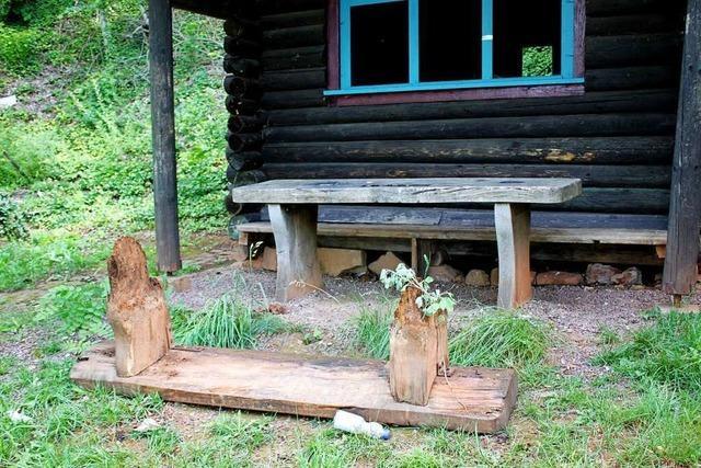 Unrat und Zerstörung an der Blockhütte beim Kahlenberg