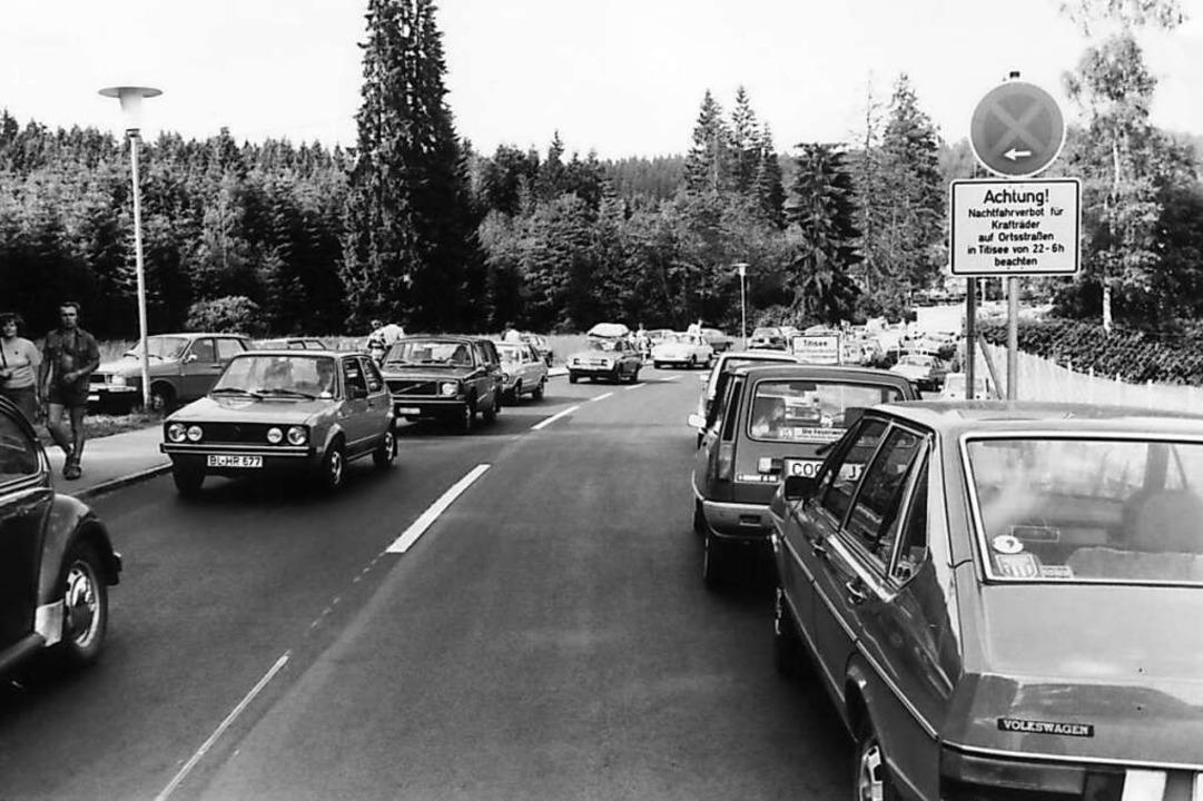 Auch in den 1980er Jahren: Verkehrschaos in Titisee.    Foto: Roland Weis