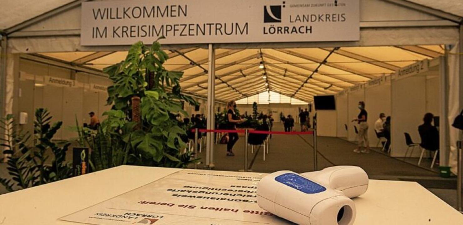 Am Eingang des KIZ wird Fieber gemessen.   | Foto: Jonas Hirt