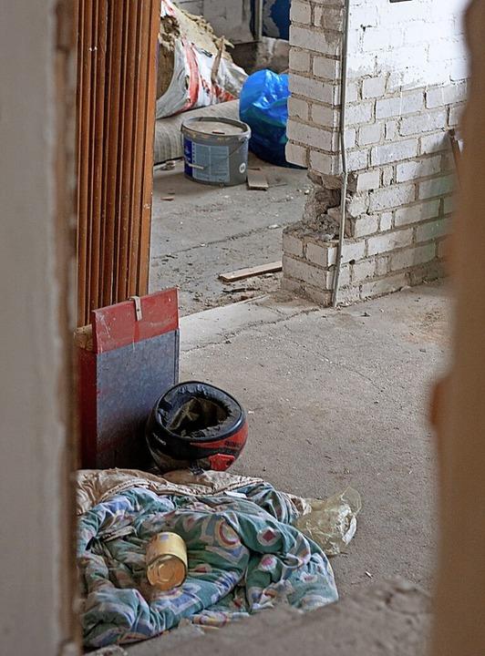 Überall im Gebäude liegt Müll.    Foto: Patrik Müller