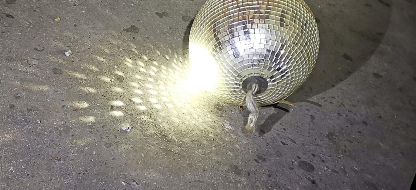 Diese Discokugel liegt im früheren Sudhaus der Brauerei auf dem Boden.    Foto: Patrik Müller