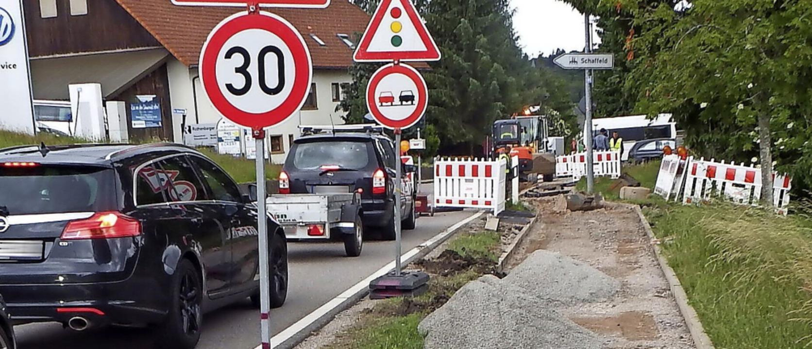 In der Rickenbacher Ortsdurchfahrt müs.... Das führt zu  Verkehrsbehinderungen.  | Foto: Wolfgang Adam