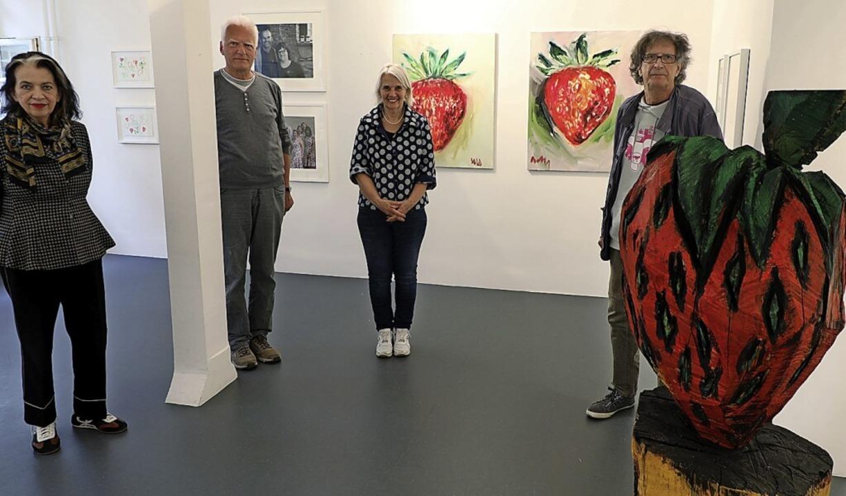 Eva Schaeuble, Manfred Grommelt, Gabi ...der Holzskulptur von Manfred Rennertz.    Foto: Christoph Breithaupt