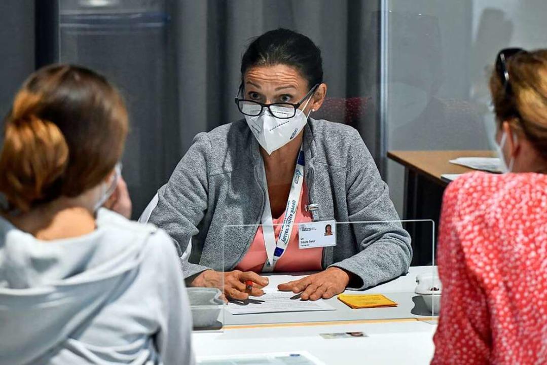 Ärztin Sibylle Seitz klärt  über die Vor- und Nachteile der Impfung auf.     Foto: Michael Bamberger