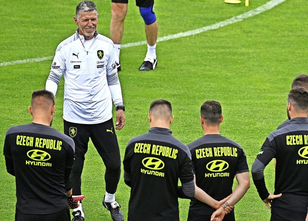 Der tschechische Trainer Jaroslav Silh...nem Team die richtige Taktik verpasst.  | Foto: Michal Kamaryt (dpa)