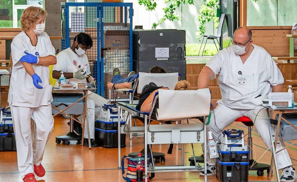 Drei Ärzte und etliche Sanitäter kümme...der Alemannenhalle um die Blutspender.    Foto: Paul Eischet