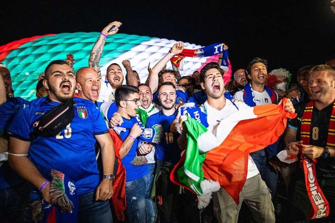 Fans der italienischen Fußball-Nationa...den Sieg vor dem beleuchteten Stadion.    Foto: Matthias Balk (dpa)