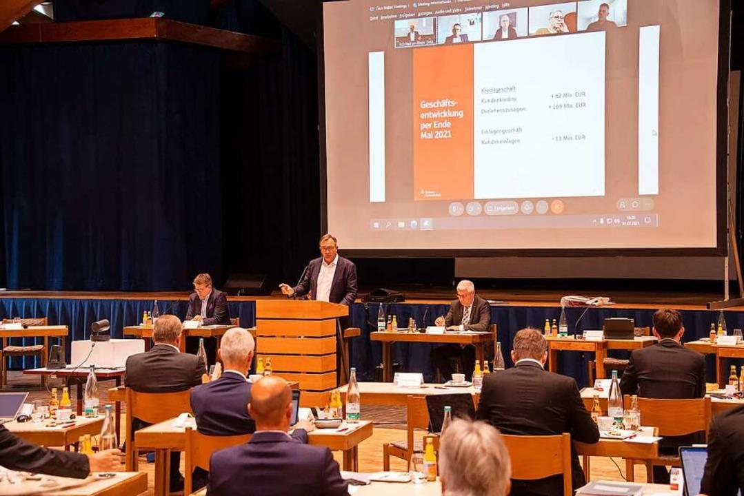 Eine solide Bilanz stellte  Sparkassen... (stehend)  der Trägerversammlung vor.  | Foto: Volker Münch