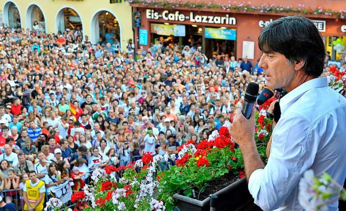 Unvergessenes Heimspiel: Jogi Löw läss...ger Rathausplatz von der Menge feiern.    Foto: Michael Bamberger