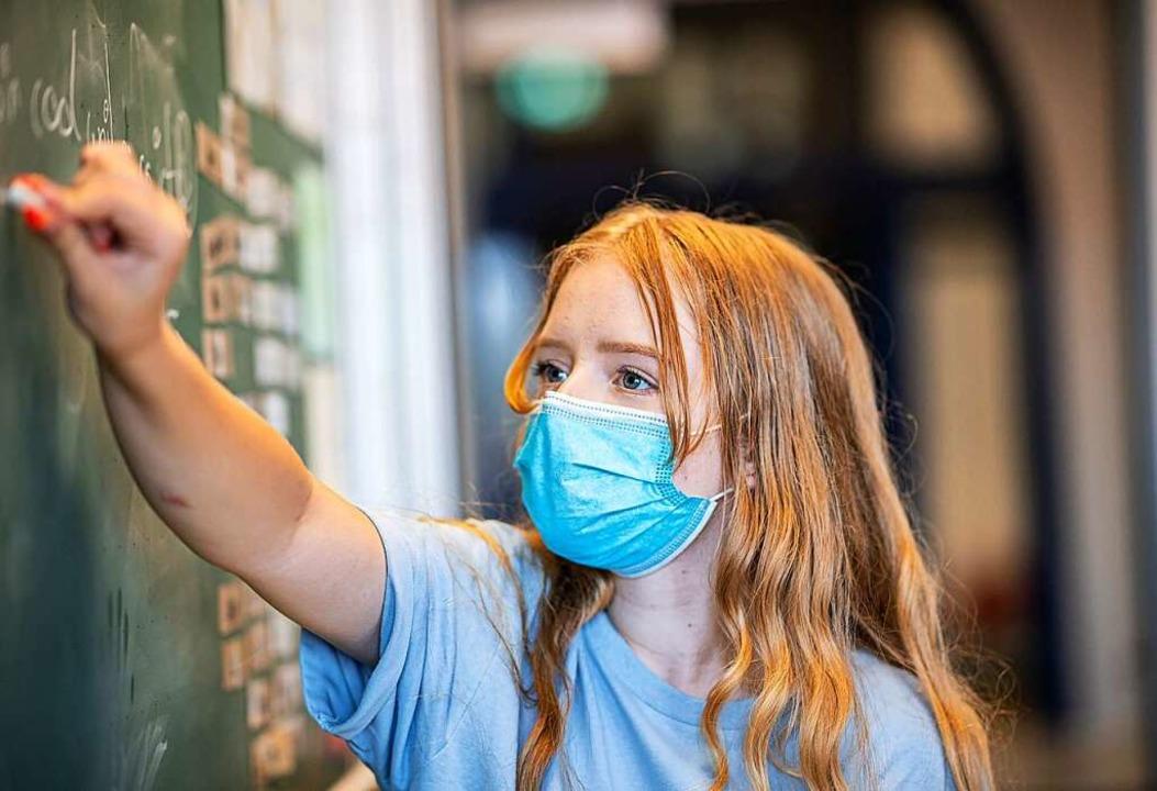 Masken prägten zuletzt den Schulalltag...könnten auch zur Sicherheit beitragen.  | Foto: Guido Kirchner (dpa)