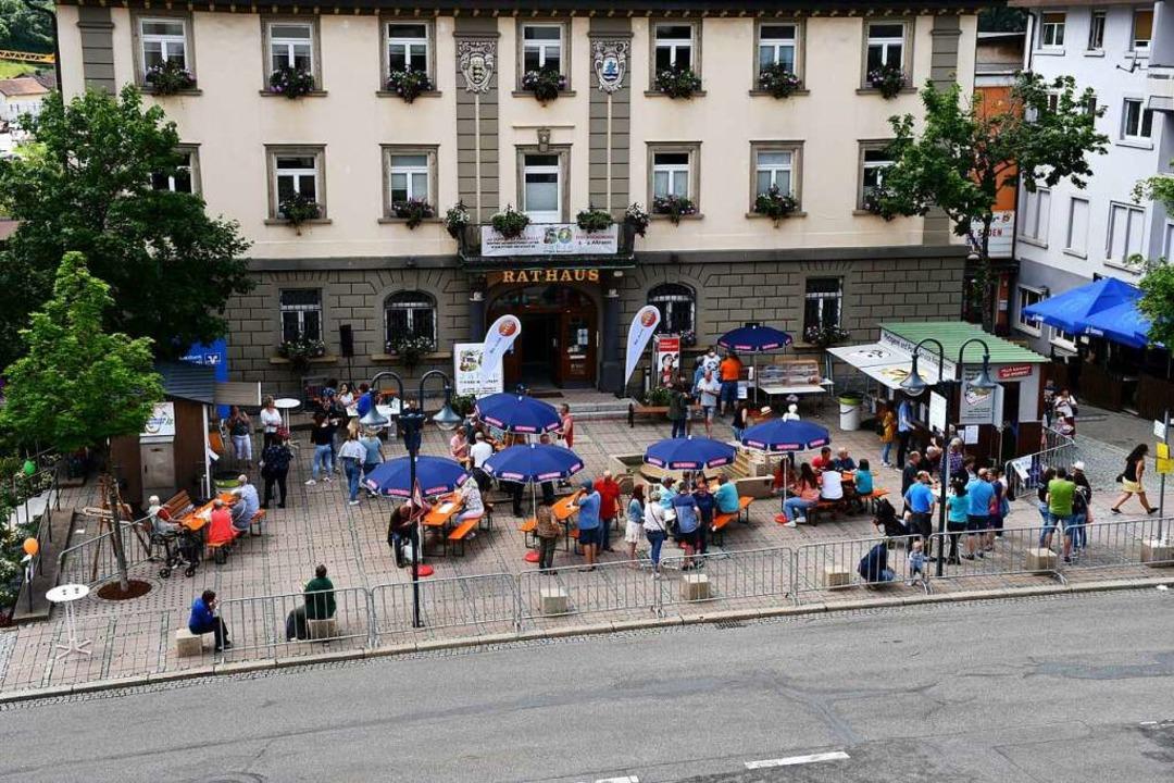 Bürgerfest auf dem Rathausplatz: Endlich wieder gemeinsam feiern.  | Foto: Tanja Bury