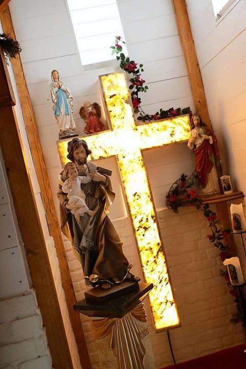 Der Altarraum der Kapelle mit Kreuz und Josefsfigur  | Foto: Christoph Breithaupt
