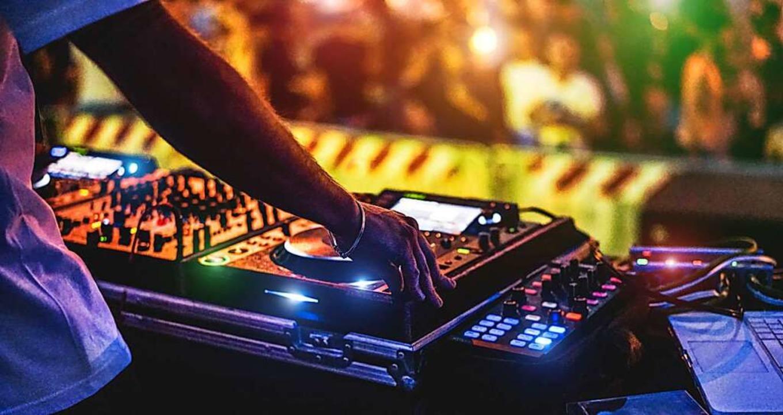 Ibiza steht insbesondere auch für Partykultur und DJ-Musik.  | Foto: DisobeyArt  (stock.adobe.com)