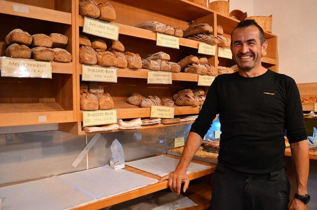 Bernd Hug zeigt die eigenen Backwaren, die im Hofladen verkauft werden.  | Foto: Nikola Vogt