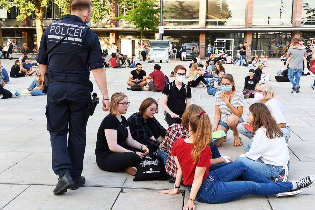 Die Polizei war am Freitagabend auf de... setzte das Glasflaschenverbot durch.   | Foto: Rita Eggstein