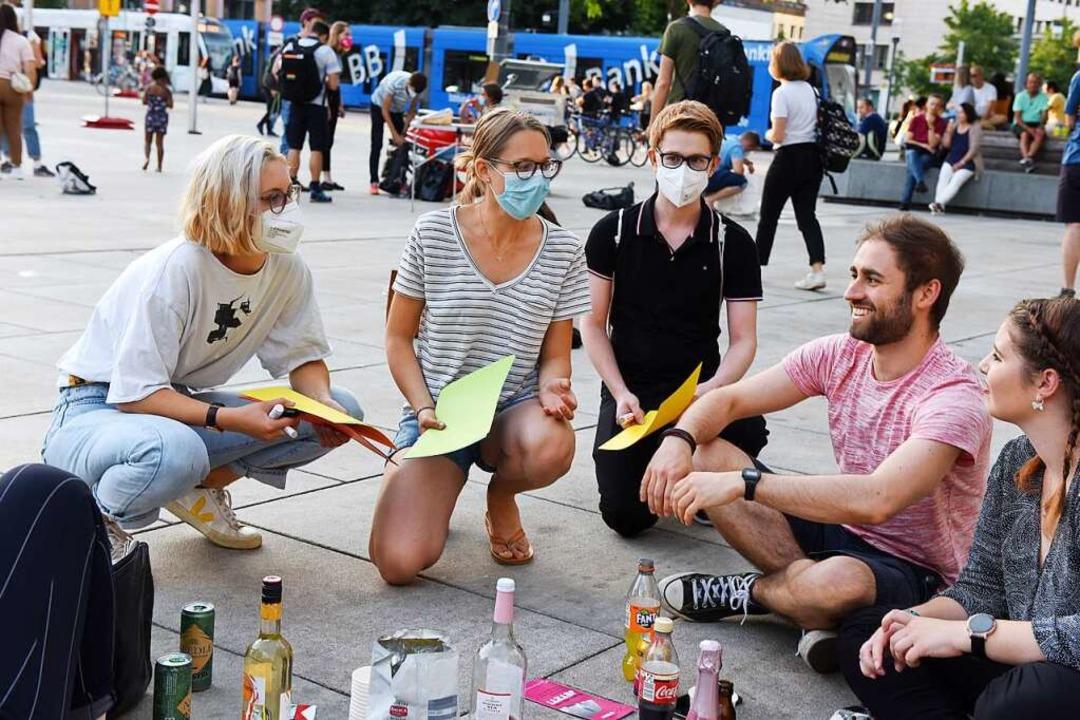 Mitglieder des Rings politischer Jugend im Gespräch mit Platzbesuchern.  | Foto: Rita Eggstein