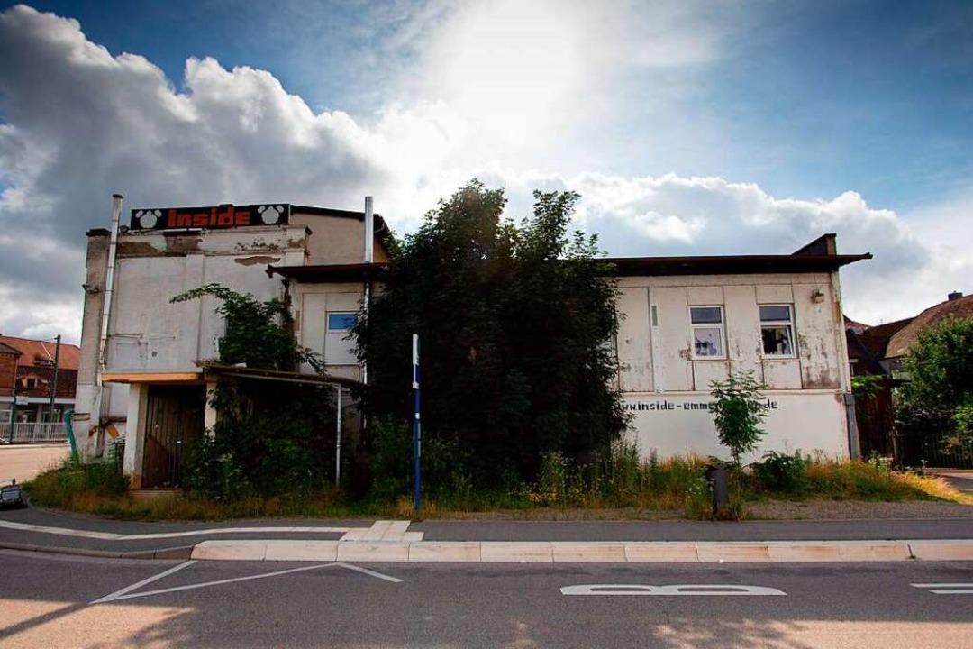 Das Gebäude am Bahnhof steht vor dem Verfall.    Foto: Patrik Müller
