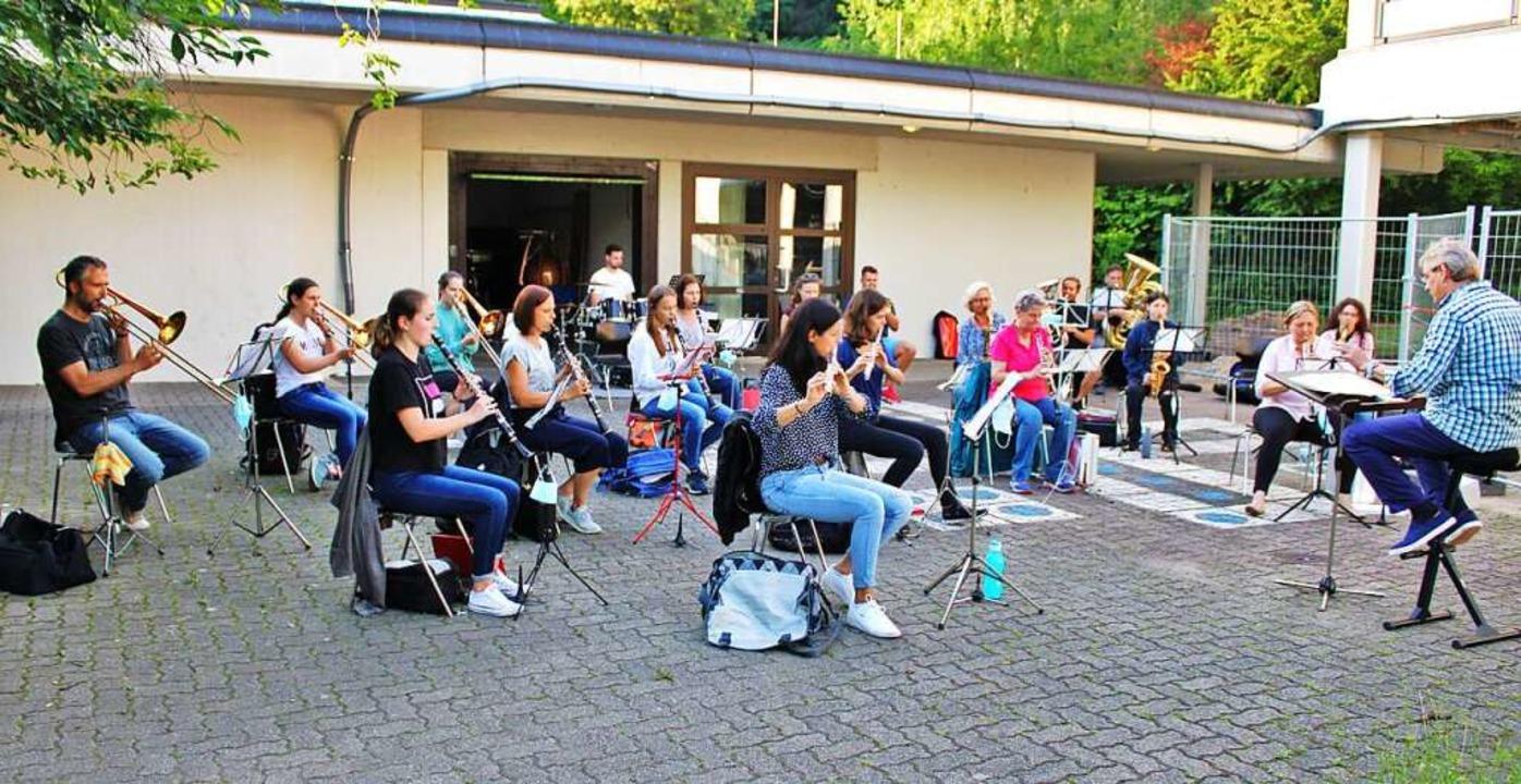 Zur Sicherheit finden die Proben des Musikvereins im Freien statt.    Foto: Rolf Reißmann