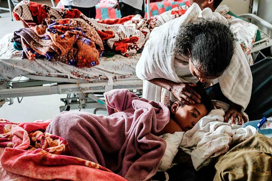 Eine Mutter mit ihrer bei einem Luftan...igen Tochter im Krankenhaus in Mekele   | Foto: YASUYOSHI CHIBA (AFP)
