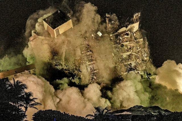 Überreste des eingestürzten Wohnkomplexes gesprengt